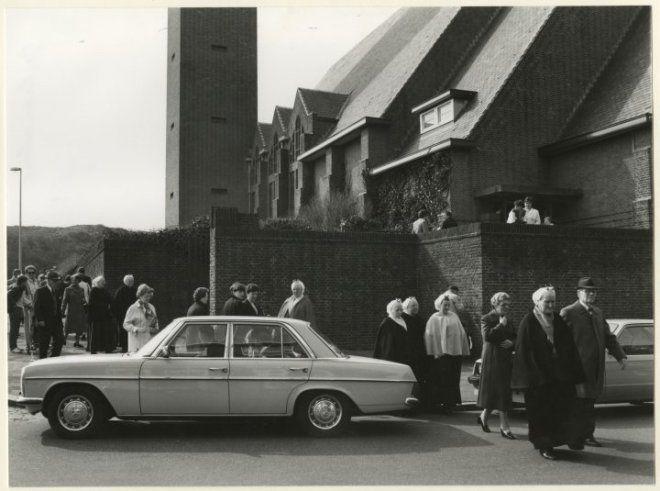 Nieboerweg, Prinses Julianakerk, in dracht achter de auto: mevrouw Schaap-Spaans (Rottumsestraat 110); links met handtas: mevrouw Ros (Rottumsestraat); vierde van links: mevrouw Den Heijer (Terschellingsestraat) 1981 Lies Wiegman #ZuidHolland #Scheveningen