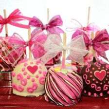 Fünf Delicous und festliche Valentine Gourmet Chocolate Caramel Äpfel. Ansprechenden und sehr originell süßes Geschenk für Ihre liebsten! Diese Äpfel sind in unsere altmodische hausgemachte Karamell getaucht, dann mit einer Vielzahl von Schokolade überzogen. Aromen sind Erdbeere, Apfelkuchen, Tod durch dunkle Schokolade, Schokolade küßte (Milch) und Cherry Chocolate. Jedes Apple ist dann für ein schönes Finish verziert