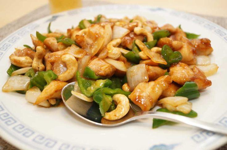 ボリューム感とコッテリした味わいで、お酒との相性言うことなしの中華料理。でも、具材を素揚げしたり、何種類もの醤を使い分けたりするのは大変……今回は、素揚げ不要・フライパンひとつで本格的な「鶏肉のカシューナッツ炒め」を作っちゃいます!