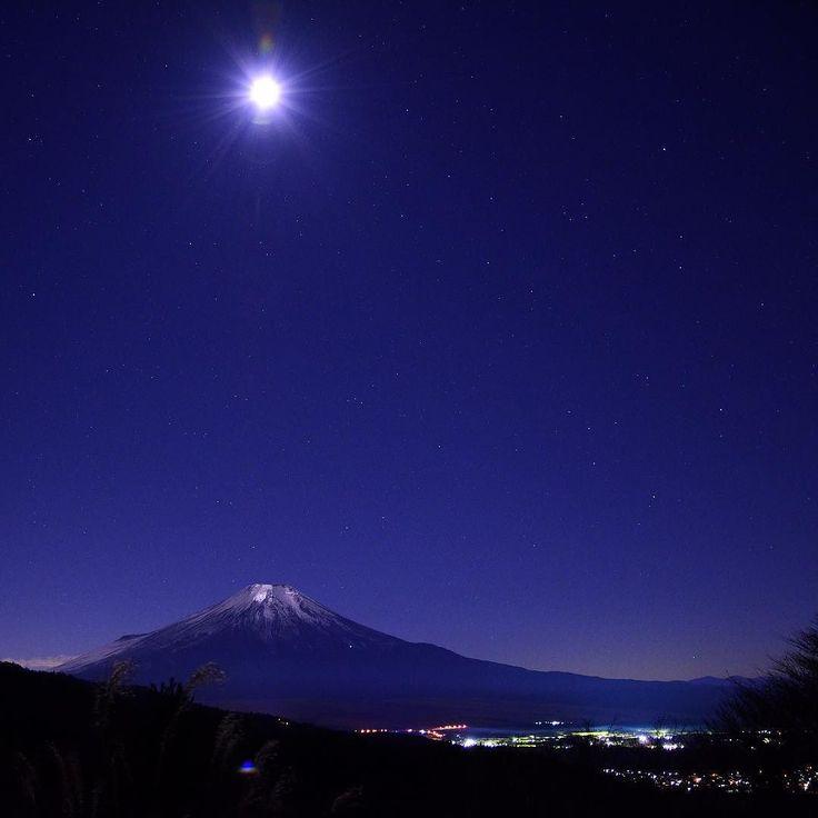 2015山梨県忍野村 二十曲峠 月明かりに照らさて富士の山頂がテカテカ ここは沈むダイヤモンド富士のスポットでも 有名ですが夜の光景も魅力的でした 撮影日:2015.12.19 20:59 カメラ:Nikon D7200/16-85mm F3.5/ISO1600/SS8sec/16mm(24mm)  #山梨県 #忍野村 #二十曲峠 #富士山 #japan #yamanashi #mountain #mtfuji #fujisan #fujiyama #moonlight #nature #landscape #team_jp_ #igersjp #instagram #instagramjapan #東京カメラ部 #夜景ら部 by kurihara_b4