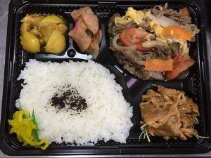 平成27年3月23日(月)ランチメニュー:牛肉とトマト中華卵炒め/ピリ辛焼き豚/鶏とじゃが芋カレー煮/大根あっさり梅和え