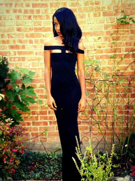 Von mir handgefertigt, hat dieses Kleid schwarz voller Länge eine schulterfreies Design mit einem verbindenden Schulter-Erweiterung - losgelöst von der Rückseite für Komfort und befestigt werden kann. Es hat rohe Kante Säume mit fertigen Nähte rund um die Büste.  Jedes Kleid ist aus bestellen und dauert 2-3 Wochen zu machen. Bei Bestellung bitte geben Sie die folgenden Messungen mit Größenanpassung helfen und Sie haben noch Fragen zögern Sie nicht zu Fragen.  Weiß ist käuflich erworben…
