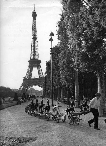 R. Doisneau. La cavalerie du Champs de Mars. 1969