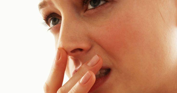 Cómo tratar el herpes febril en la boca. Las ampollas de fiebre, también conocidas como herpes labial, no sólo son antiestéticas, sino que son dolorosas. Causadas por un virus (herpes simple 1), estas ampollas se forman con mayor frecuencia en y alrededor de la boca, pero pueden extenderse a otros tejidos. El herpes febril suele aparecer después de cierta cantidad de incidentes que ...