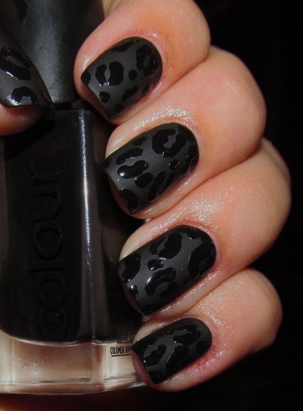 Uñas decoradas con un esmalte negro mate y gotas de color negro brillante