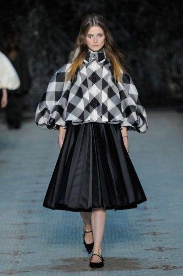 Giacca check e gonna plissé Dice Kayek - Giacca strutturata con quadri bianchi e neri e gonna plissé haute couture primavera/estate 2016