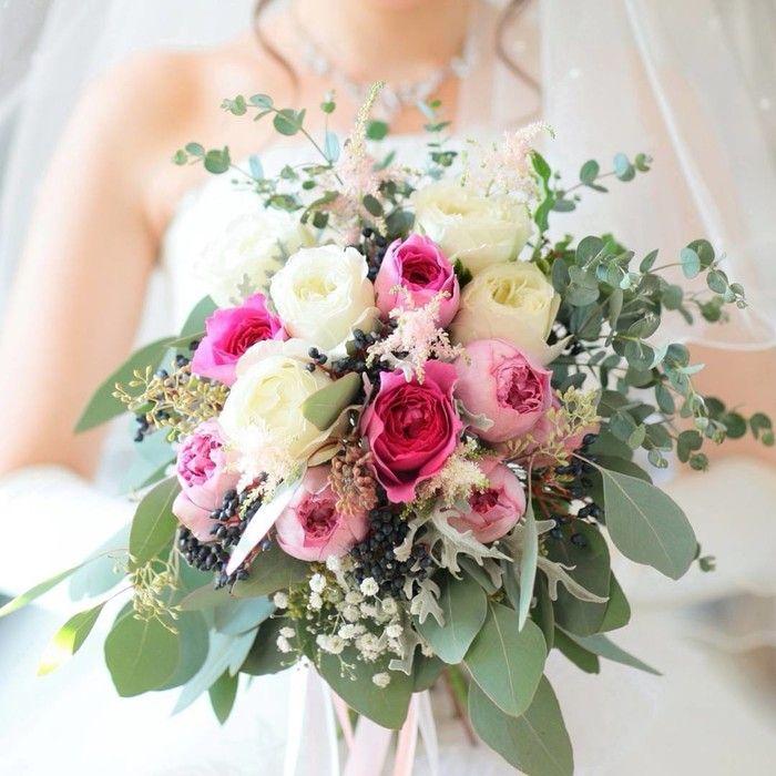 こちらがご新婦さまお気に入りのブーケ。当日フローリストさんが見せてくれた際、その可愛らしさにご新婦さまは思わず感嘆の声をあげられたんだとか!白とピンクのお花を中心に無造作にまとめたクラッチブーケがとても素敵ですね。 ブーケのリボンは挙式の時はピンクと白レースの太さ違いで2色使いのものにしてもらい、披露宴のお色直しの時は白のレースリボンにゴールドの細めのリボンにと雰囲気を変えられたんだそう*