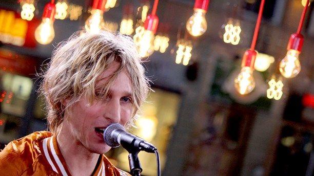 Love Antell tog morgonskiftet i Musikhjälpen 2014, och spelade En delad värld. Foto: Simon Rosenqvist/Sveriges Radio. / Nicklas #mh14 #uppsala