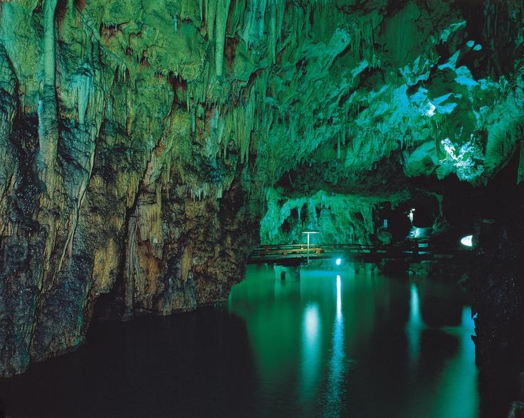 """Okayama Niimi 岡山(おかやま) 新見(にいみ) 満奇洞(まきどう) 歌人与謝野晶子が「奇に満ちた洞」と詠んだところから「満奇洞」と言われるようになり、水が地球に刻んだ造形の画廊で、まさに何億年を経て変化してきた鍾乳洞。 奥には地底湖""""夢の宮殿""""が広がる幻想的な空間があり、時を忘れ、心を癒してくれます。"""