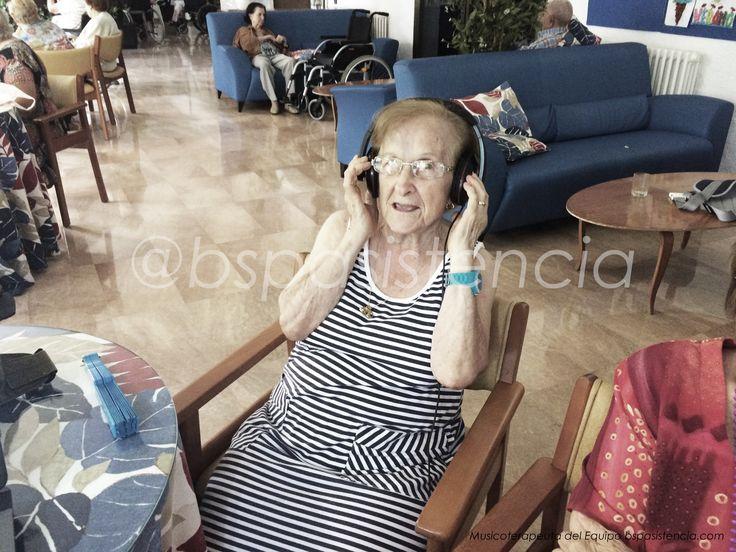 """Sesio de #Musicoterapia: """"Joc musical: Un dels residents es posa els cascos i mentre escolta la cançó, l'ha de cantar o taral.lejar (encara que no se la sàpiga!!) i la resta l'hem d'endevinar!"""" #EducadoraSocial y #Musicoterapeuta Natàlia del Equipo de BSP Asistencia en centro geriatrico catite http://bspasistencia.com/es/residencias-2/musicoterapia.html"""