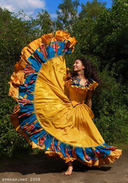 Lyalya Moldavskaya, a barefooted Gypsy girl. Svenko band. Die Zigeunerin barfuß. Une gitane nu-pieds. Une bohemienne nu-pieds. Una gitana descalza.