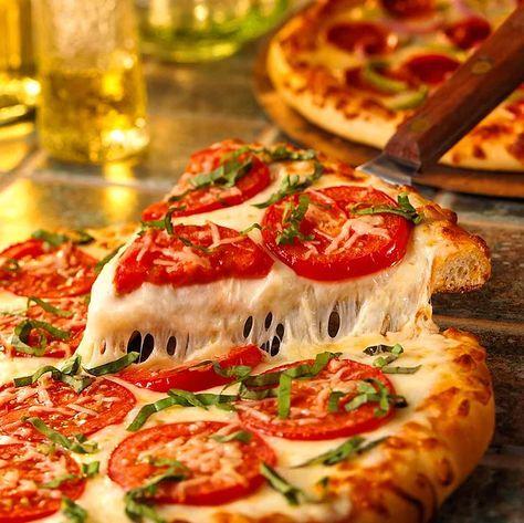 O peynir nasıl öyle 12 metre uzuyor bilmiyoruz ancak peyniri bol pizza yapmasını biz de biliyoruz!