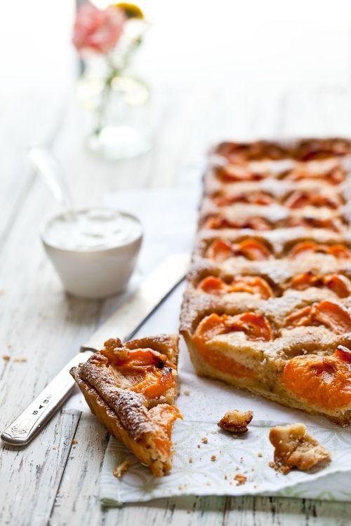 apricot almond tart Cela me fait penser à la tarte aux abricots de ma mère... Souvenirs d'enfance