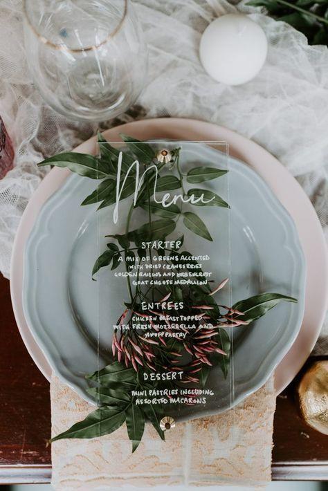 Hochzeit – Dieses klare Acryl-Hochzeitsmenü verleiht dieser botanischen Hochzeitstafel eine moderne Note