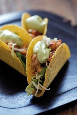 Taco's met rucola, spinazie en witte kool, kruidig kippengehakt en avocado-yoghurtsaus - Culinaire AMBIANCE