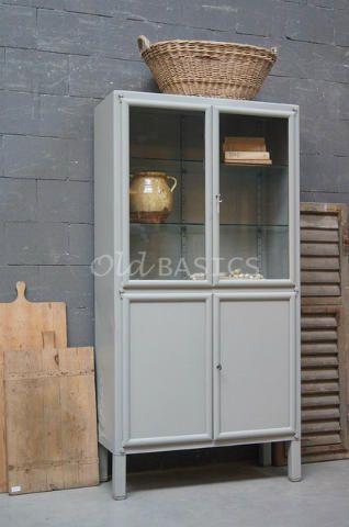 Apothekerskast 10148 - IJzeren apothekerskast in een licht-grijze kleur. De kast heeft achter de twee glazen deuren twee verstelbare planken. Het meubel staat op hoge poten en is ideaal om in de badkamer te zetten!