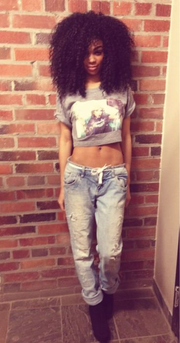 big beautiful hair, love her jeans... tops too short... but I can get a longer one :)