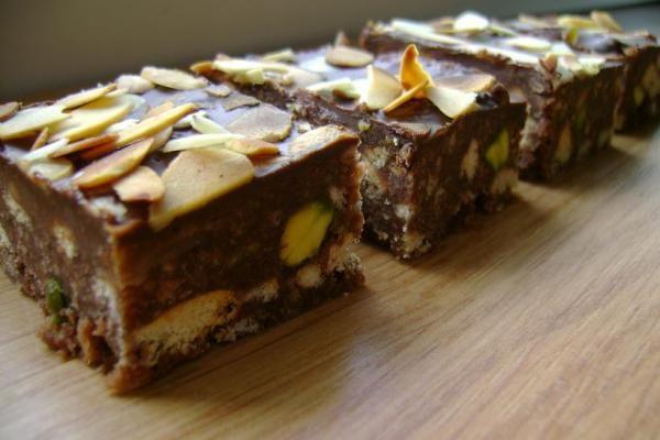 Sütés nélkül, gyorsan, finomat: mandulás-pisztáciás kekszkocka