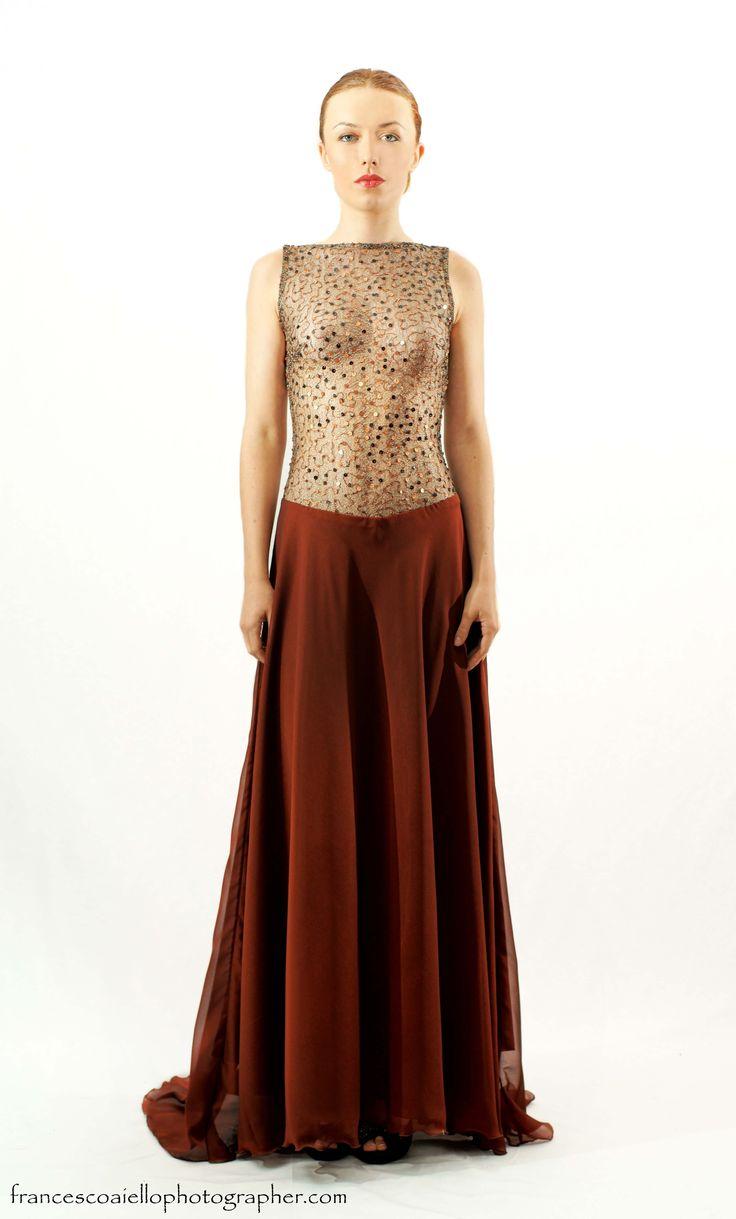 El delicado cuerpo de este vestido de fiesta largo chocolate, está confeccionado con paillettes se adapta al cuerpo para resaltar tus mejores curvas. 650€