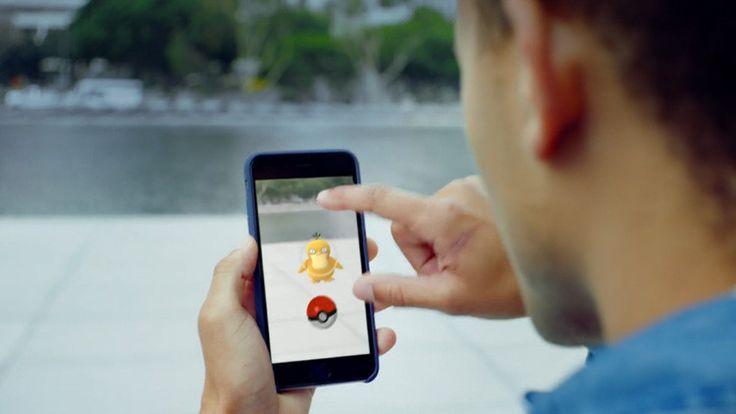 El juego hace que millones de usuarios 'escanean' sus alrededores con las cámaras de sus telefonos inteligentes buscando a pokémones virtuales, podrían servir como 'sondas robot imperiales'.