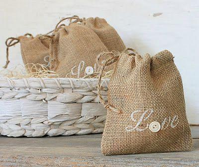 Petits sacs fait maison en toile de jute pour bonbons, chocolats, douceurs ou autres attention                                                                                                                                                                                 Plus