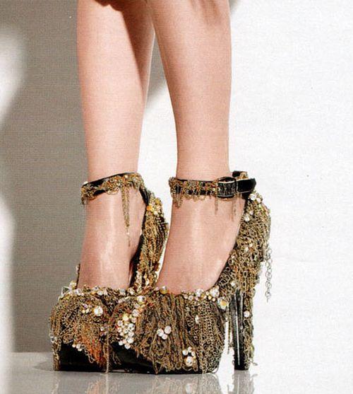 chains: Heels Shoesgirlshigh, Fashion Ideas, Design Shoes, Crazy Shoes, Chains Shoes, High Fashion, Gold Heels, Fashionheelshigh Heels, Gold Shoes