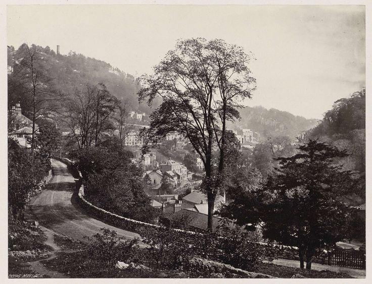 Anonymous   Panoramisch uitzicht op huizen en een weg tegen een heuvelrug in Matlock, Anonymous, 1878 - 1890   Onderdeel van Reisalbum Europese steden, vermoedelijk Zweeds.