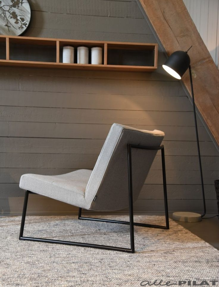 Strakke fauteuil Hidde met zwart frame en grijze stof- Woonwinkel Alle Pilat