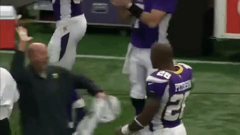 football nfl vikings high five minnesota vikings adrian peterson high fiving #humor #hilarious #funny #lol #rofl #lmao #memes #cute