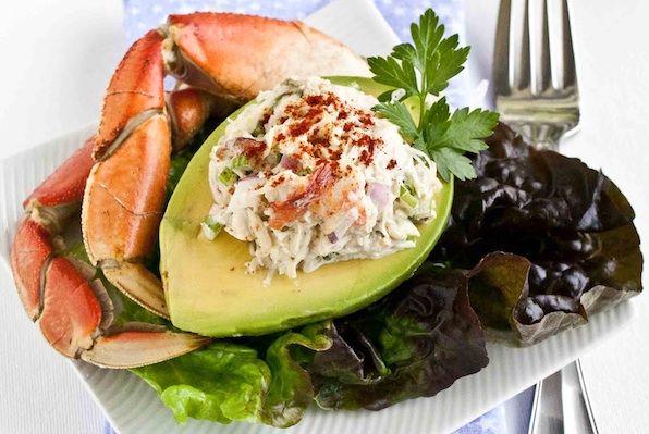 L'avocado farcito al granchio è un gustoso mix di sapori contrastanti, il dolce dell'avocado che verrà tagliato in due e dispos...