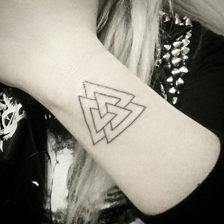 1000 ideas about tatouage viking on pinterest signification des tatouages le tattoo and - Tatouage 3 points en triangle ...