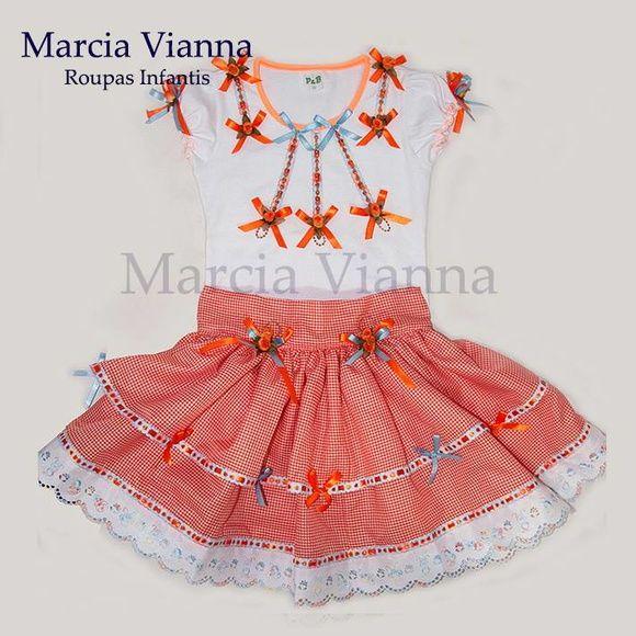Caipira junina laranja infantil. Cor e estampa podem variar. Blusa e saia. Saia ajustável na cintura. Vai com arco ou maria chiquinha. Feito sob encomenda.