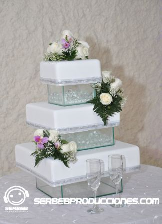 Pastel de bodas de tres pisos decoraci n de boda blanco for Decoracion piso en blanco