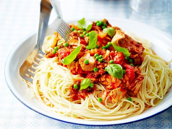 Spaghetti met tomatensaus, erwtjes en tonijn - Libelle Lekker!