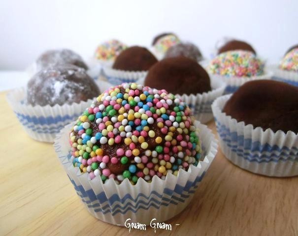 Palline di salame di cioccolato: una ricetta tradizionale rivisitata in versione mignon. Ideale per un buffet o una festa per bambini