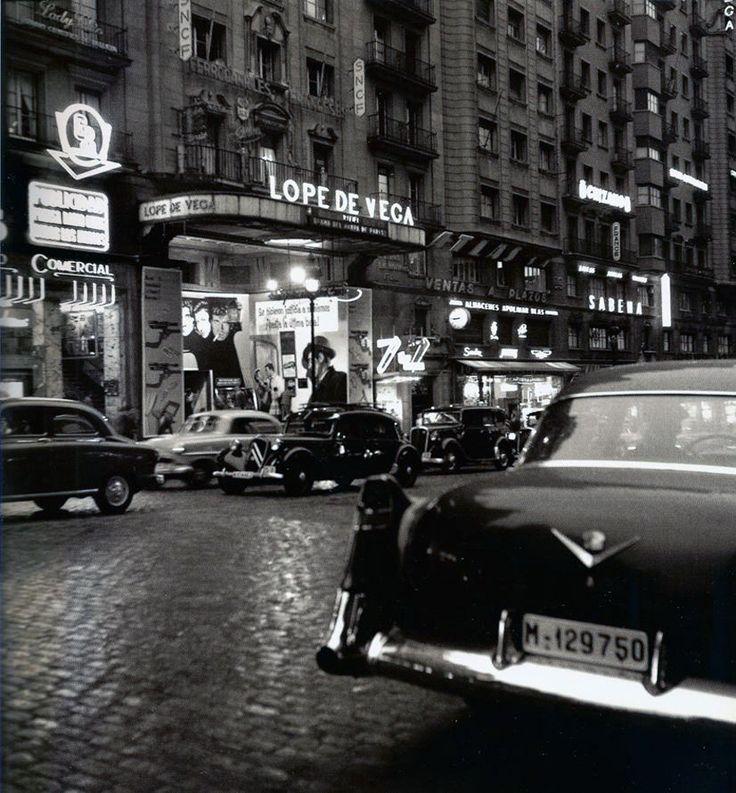 Visión nocturna de la calle Gran Vía. 1950.