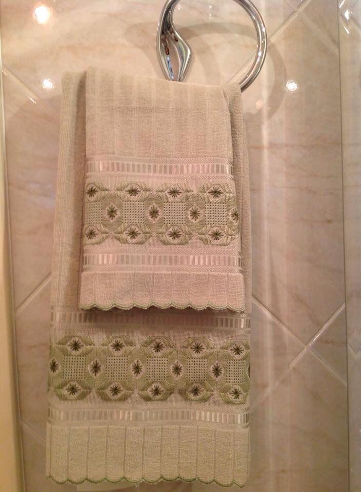 Jogo de toalha de rosto e de lavabo, bordada em ponto reto e falso crivo.