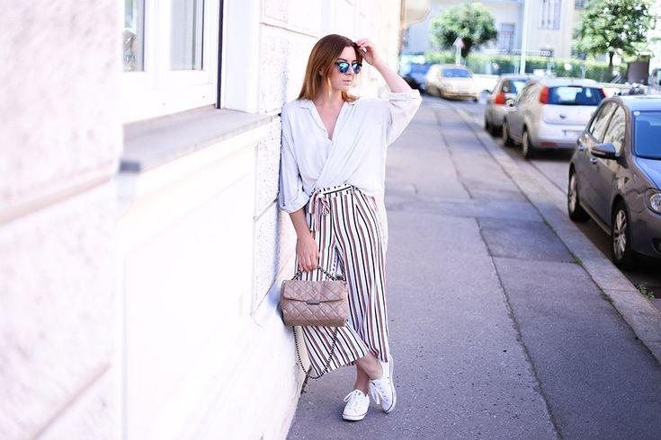 Culotte mit Streifen und Sneakers