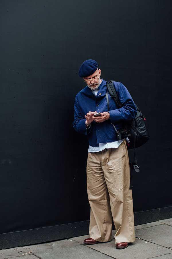 2017-12-15のファッションスナップ。着用アイテム・キーワードは40代~, シャツ, シューズ, チノパン, ハンチング・キャスケット, バッグ, ブルゾン, メガネ, 白シャツ,etc. 理想の着こなし・コーディネートがきっとここに。  No:242595