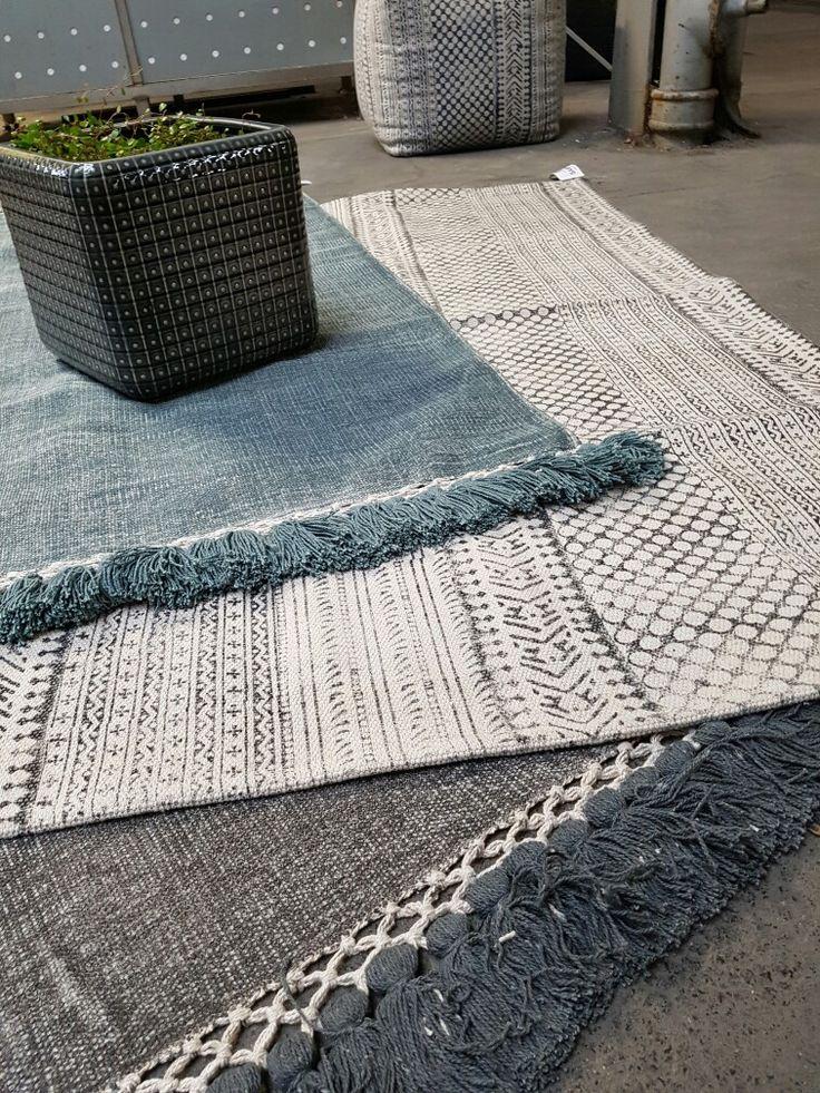Ensfarget teppe med karakter. Nydelig stenvasket struktur med flotte dusker på hver ende