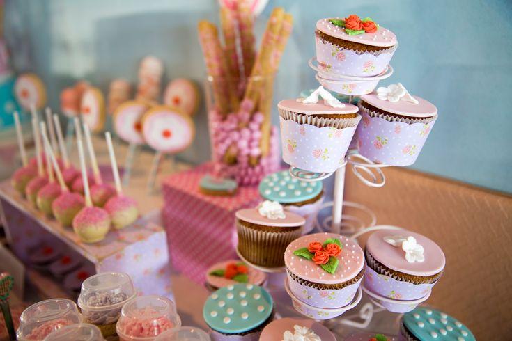 Las mesas de dulces y postres son súper populares en bodas, cumpleaños, fiestas infantiles y otras celebraciones.La mayoría de las veces están compuestas por pasteles, cupcakes, bocadillos, golosinas, gomitas, chocolates, galletas, dulces tradicionales y frutas. Puedes decorarlas con una temática especial y es una forma original de consentir a tus invitados.Te decimos cómo armar una mesa de dulces en siete pasos: