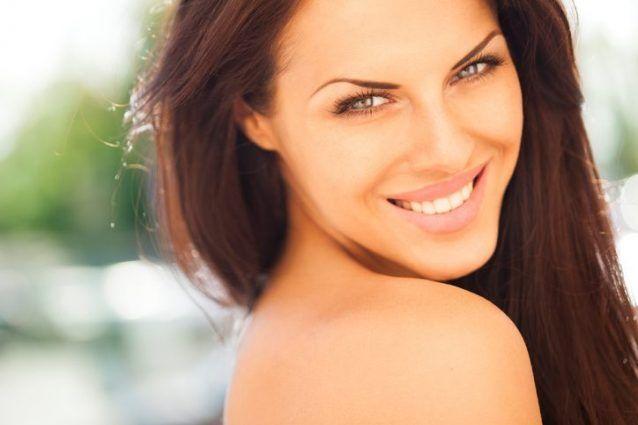 Il trucco estivo deve essere leggero e naturale, a prova di sudore, ma allo stesso tempo deve proteggere la pelle. Scopriamo quali sono le regole da rispettare per un make up estivo resistente e glamour allo stesso tempo!