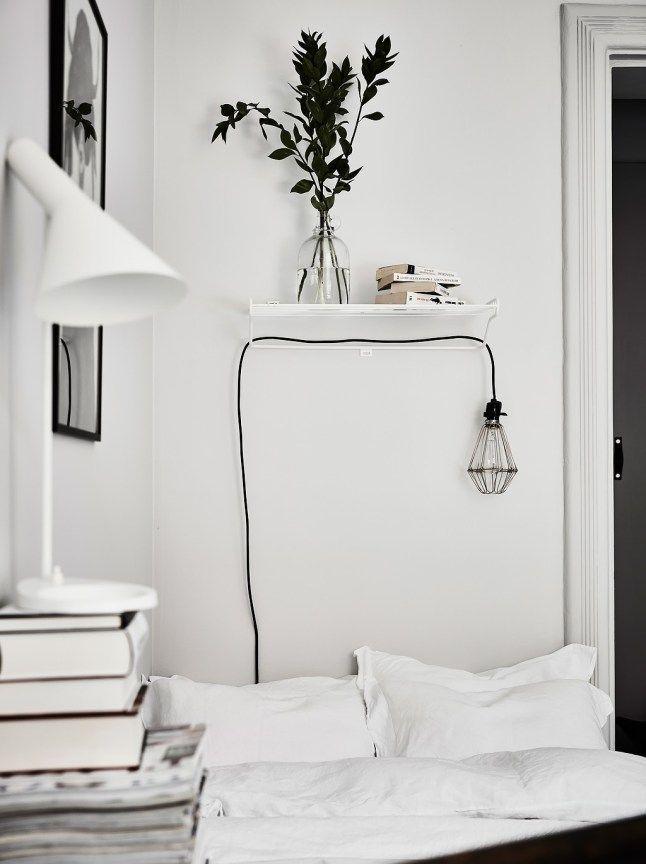 Minimalistic white bedroom with greens and books // Minimalistisches Schlafzimmer in Weiß mit Büchern
