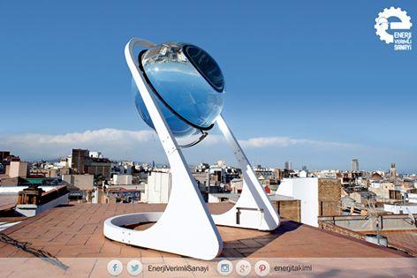 """Geceleri bile Elektrik Üretebilen Alternatif Enerji Sistemi: Cam Küreler  Dört yıl önce güneş enerjisini daha verimli, daha ucuz ve herkes için her yerde kullanılabilir hale getirmeyi hedefleyerek yola çıkan Alman mimar André Broessel, küre için """"Kendi kendini idare eden bir ürün tasarlıyoruz. Bulutlu günlerde bile ışığı yoğunlaştırabilecek, dünyanın neresinde olursanız olun, elektrik üretebilecek bir ürün. Bedava enerji""""olarak tanımlıyor. #enerjiverimlisanayi #enerji #camküre…"""