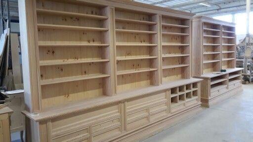 Grande libreria in legno di larice