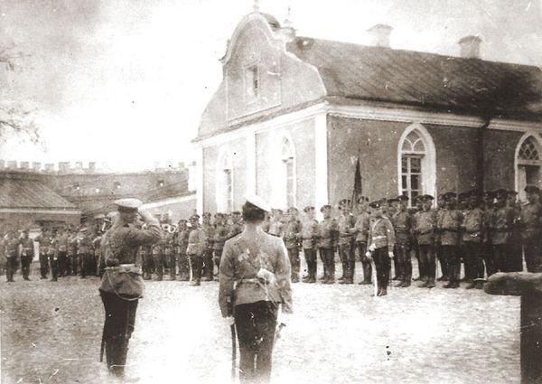 Смотр войск в Меджибоже.Развод перед церковью.  фото с сайта www.gusa.ru