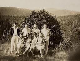 This photograph shows a group of friends on a picnic day out in Healesville, circa 1930. #HealesvilleHistory