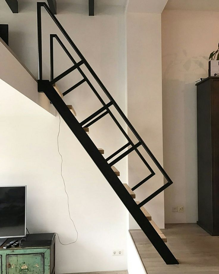Steektrap, rechte trap voor kleine ruimte www.trabotrappen.nl