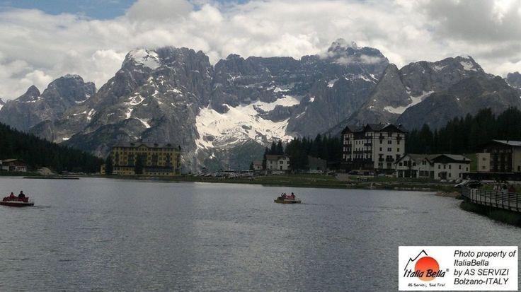 Lago di Misurina - Itália! Além de ser um destino turístico muito apreciado, tanto durante o verão, quanto o inverno; é também um lugar de clima saudável e adequado para aqueles que sofrem de doenças respiratórias. Com o grupo ITALIABELLA você poderá conhecer lugares encantadores!