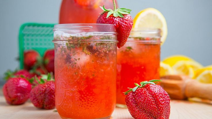 Limonata americana con fragole e basilico, cocktail analcolico alla frutta.